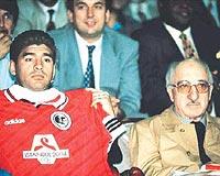 PASLAŞMALAR! Bosnalı çocuklar yararına oynanan Türkiye-Dünya Karması maçında ünlü futbolcu Maradona ile birlikte. 19 Eylül 1995)