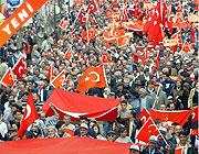Bayrağa saygı yürüyüşleri