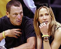 Armstrong ve Crow nişanlandı