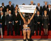 Zirvede bikinili protesto