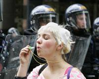 2 bin protestocu polisle çatıştı