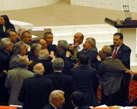 Meclis'te tükürüklü kavga