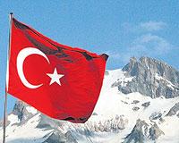 Türk bayrağını paspas yaptı!