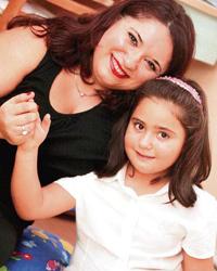 Aysel Özkan kızı Melis'le birlikte